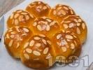 Рецепта Пухкава домашна питка с мая на топчета с бадеми